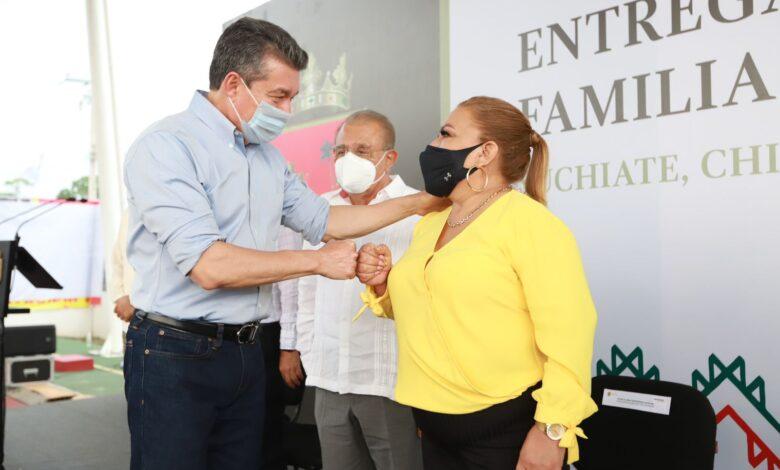 Photo of En Suchiate, Rutilio Escandón beneficia a habitantes con escrituras públicas y el Programa Escuela con Valores