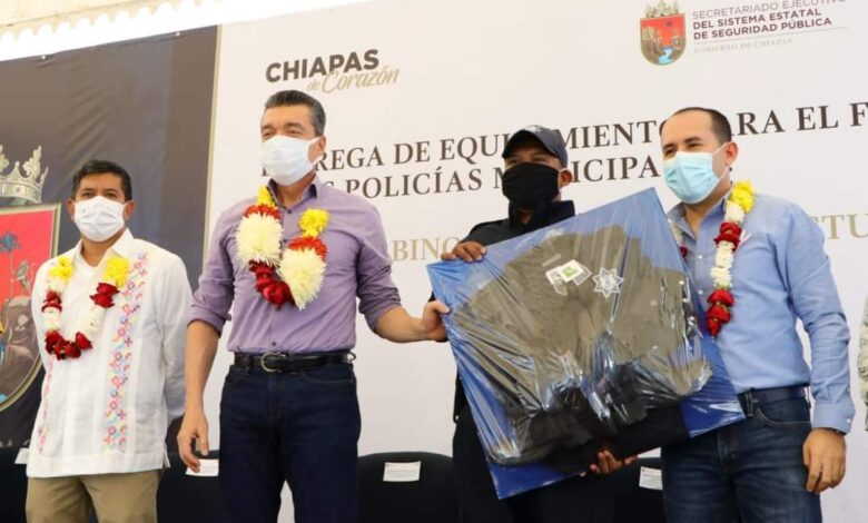 Photo of Se entrega equipamientos  para policías Municipales en Angel Albino Corzo